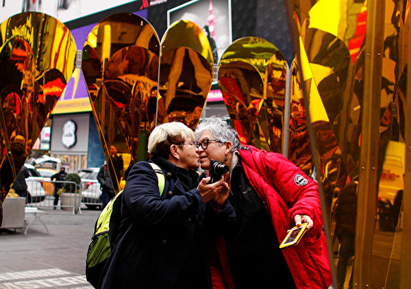 一對夫妻在情人節藝術前親吻對方。(KENA BETANCUR/AFP/Getty Images)