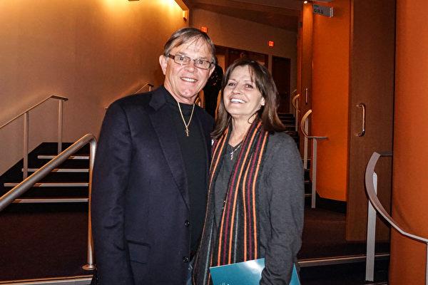 2016年2月10日晚,车行老板Jeff Harvey先生与朋友Vivain White女士一起观看了神韵国际艺术团在美国肯塔基州路易维尔市肯塔基表演艺术中心惠特尼剧院的第二场演出。(林南/大纪元)