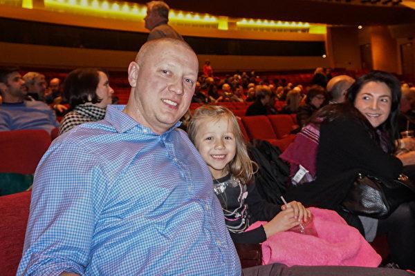 美国路易维尔大学心血管内科医学部的助理教授Marcin Wysoczynski与太太及6岁的女儿于2月10日一起观看了神韵演出。(林南/大纪元)