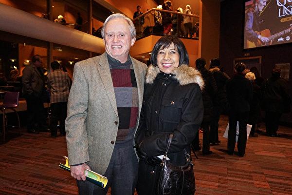 美国肯塔基州路易维尔市府公共健康部的公共信息官Dave Langdon和太太Natasha Langdon于2月10日一起观看了神韵演出。(林南/大纪元)