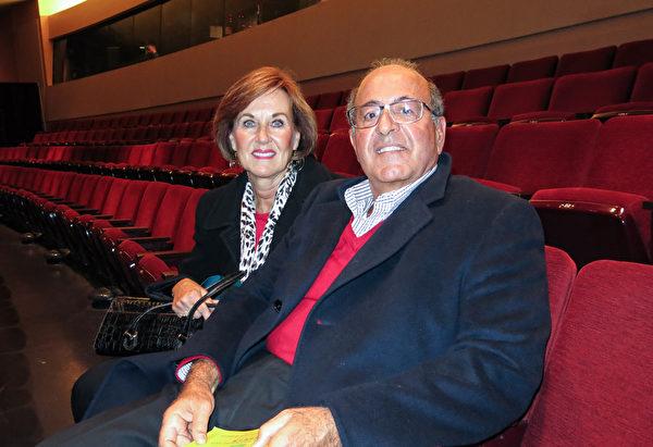 退休前曾经营一家仓库储存生意的John Shaheen先生和太太Cheryl Shaheen于2月10日一起观看了神韵演出。(陆查理/大纪元)