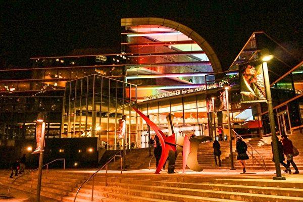 2016年2月9日至10日,神韵国际艺术团在美国肯塔基州路易维尔市肯塔基表演艺术中心的惠特尼剧院(The Kentucky Center for the Performing Arts, Whitney Hall)进行了两场演出。(林南/大纪元)