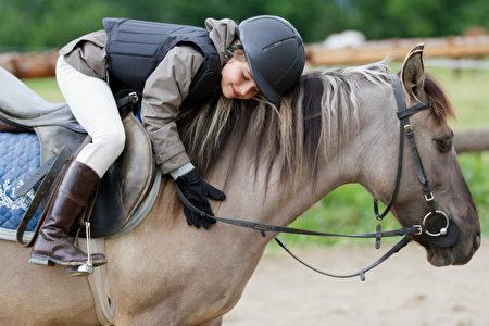 英国萨塞克斯大学的研究首次发现,马具有解读人类生气或高兴等表情的能力。图为一名孩童在骑马。(Fotolia)
