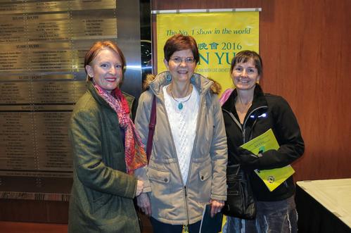 2016年2月10日,针灸师Jenny Greenough(左)、理疗师Jan Swope(中)及按摩师Kelly Kohler(右)三人一起观看了神韵国际艺术团在美国肯塔基州路易维尔市肯塔基表演艺术中心的惠特尼剧院(The Kentucky Center for the Performing Arts, Whitney Hall)的第二场演出。(陆查理/大纪元)