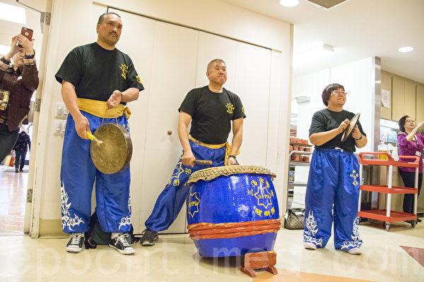 舊金山警察醒獅團大年初三為中國城耆老們表演,慶祝新年。(曹景哲/大紀元)