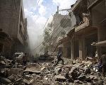 2016年2月11日,敘利亞內戰五年,令全國一半以上人流離失所,至今已有47萬人在內戰中死亡。圖為去年8月31日,大馬士革東部的反抗軍據點杜馬區(Douma),敘軍轟炸後,居民走在炸毀的街道上。(ABD DOUMANY/AFP/Getty Images)