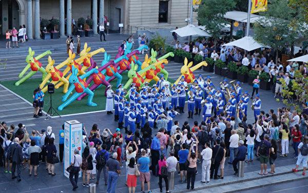 天國樂團作為開場表演,悠揚的曲調、亮眼的傳統服裝很快就吸引了許多民眾。(燕楠/大紀元)