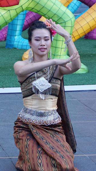 泰國團體表演泰國舞蹈。(燕楠/大紀元)