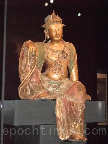"""MFA收藏的""""水月观音菩萨""""彩色木雕。(贝拉/大纪元)"""