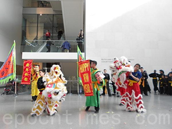 中国传统的舞狮贺岁表演。(贝拉/大纪元)