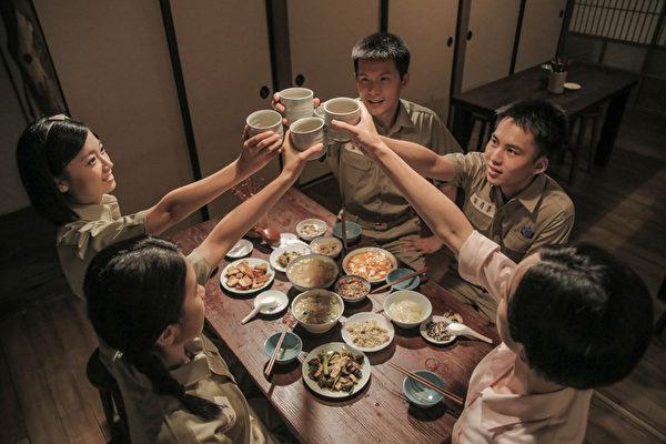 《灿烂时光》剧照,1945年代要角(左起)傅小芸、贾佩雅、姚淳耀、巫建和、(右下)林子君。(公共电视提供)