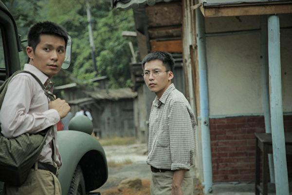 《灿烂时光》剧照,巫建和(右)演个性压抑的主角李月儒,左为姚淳耀。(公共电视提供)