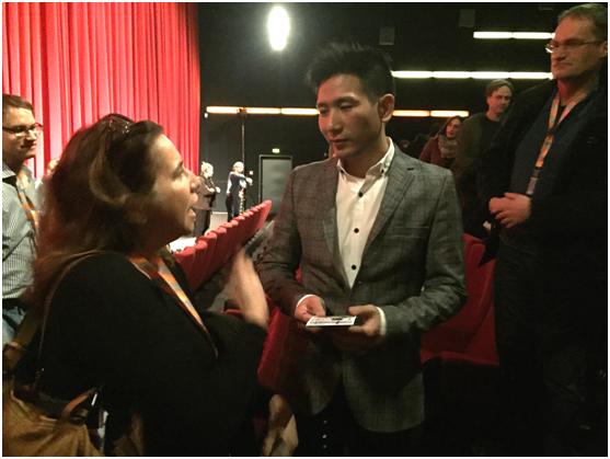 映后活动结束后赵德胤与观众面对面互动。(国家电影中心提供)