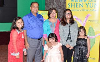 Bhatti先生和太太与四个女儿一家六口共同观赏了神韵世界艺术团2月13日晚的演出。(大纪元新西兰记者站)