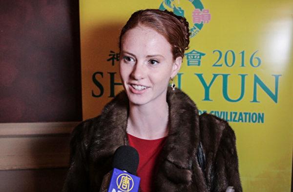 """古典芭蕾舞演员Kelsey Gangnath,2016年2月13日在沃特伯里观看神韵演出后表示:""""我也想学跳中国古典舞""""。(大纪元记者站)"""