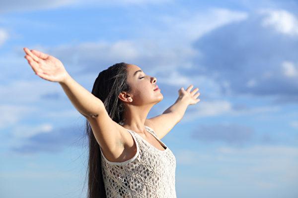 現代社會廣泛運用深呼吸作為放鬆舒壓的方法,科學上也發現深呼吸確實能調節自律神經,達到放鬆舒壓的效果。(Fotolia)