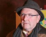 康州牧师Dennis Hollingsworth2月13日在康州沃特伯里观看了神韵。(大纪元记者站)