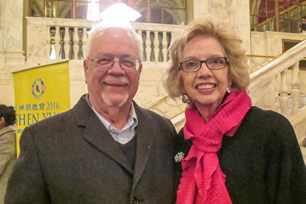 摄影师兼作家Dan Brookes先生和Gwin Cook女士观看了美国神韵巡回艺术团在康州沃特伯里派雷斯剧院(Palace Theater)的第二场演出。(杜国辉/大纪元)