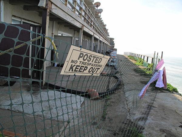 帕西菲卡市政府已經封閉了這幢多戶海濱公寓。(李文淨/大紀元)