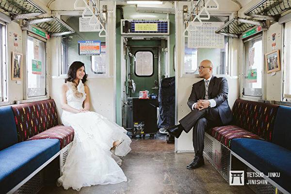 日本国铁时代留下的50多年的老车厢,让婚纱照带着浓厚怀旧风。(陈威臣提供/中央社)