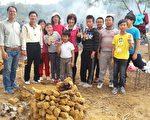 竹山镇云林国小校长刘仲芳(左2)率师生一起参与千人亲子焢窑活动。(黄淑贞/大纪元)