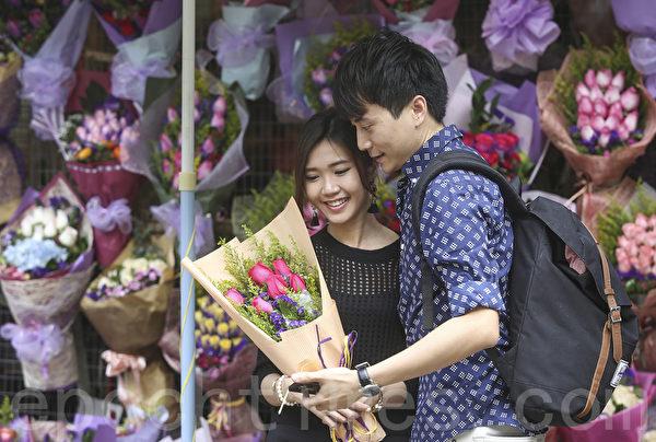 情人节到,情侣送上玫瑰甜蜜过节。(余钢/大纪元)