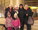 2016年2月14日,Lisa Howey、Stephanie Boms分別帶著媽媽和女兒前來觀看在康州沃特伯里上演的神韻演出。(杜國輝/大紀元)