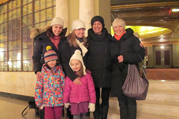 2016年2月14日,Lisa Howey、Stephanie Boms分别带着妈妈和女儿前来观看在康州沃特伯里上演的神韵演出。(杜国辉/大纪元)