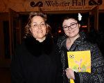 专业绘画艺术人士Stephanie Zowner和母亲Elizabeth Zowner于2016年2月14日下午观赏了美国神韵巡回艺术团在康州沃特伯里派雷斯剧院(Palace Theater)的第三场演出,赞美神韵提升人的精神境界。(卫泳/大纪元)