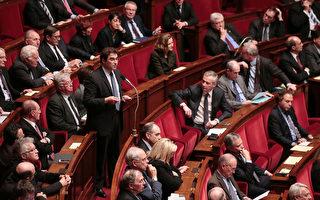 自2015年末巴黎遭遇恐怖襲擊後,法國總統奧朗德曾要求修訂憲法,包括延長緊急狀態和褫奪被判犯有恐怖罪行犯人的法國國籍。(JACQUES DEMARTHON/AFP/Getty Images)