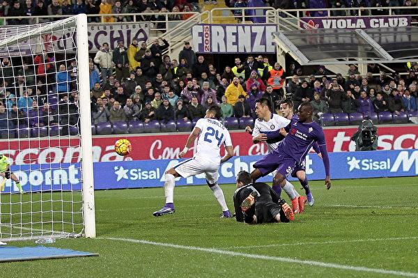 凭借巴巴卡尔(右)争议进球,佛罗伦萨在主场2-1绝杀国际米兰。(Gabriele Maltinti/Getty Images)