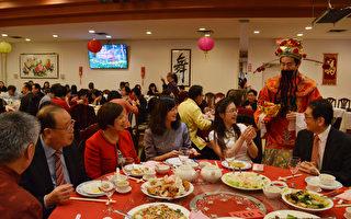 图:温哥华台湾商会举行新年团拜,恭祝猴年行大运!图为财神爷向VIP桌恭贺新禧。 (大纪元/邱晨)
