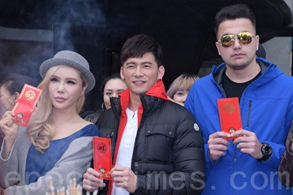 伊林娱乐于2016年2月15日在台北举行开工团拜。图为利菁(左)、温昇豪、黄志玮。(黄宗茂/大纪元)