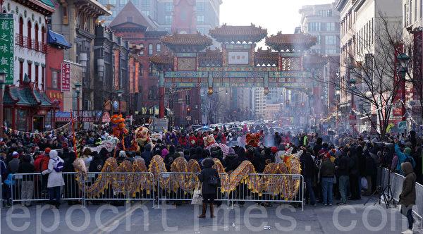 民众放鞭炮欢庆新年。(林帆/大纪元)