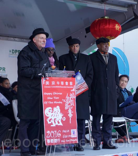 市议长菲尔‧门德尔松与多位市议员共同宣布了市议会决议案,将14日命名为黄历4714年猴年新年日。(林帆/大纪元)
