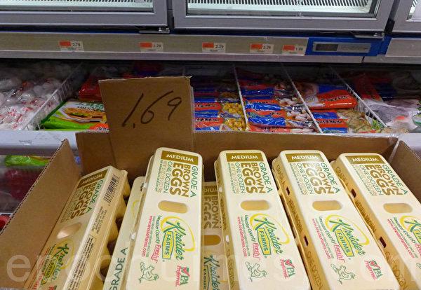 鸡蛋价格不升反降。(蔡溶/大纪元)