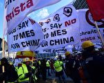 2016年2月15日,來自28國逾5,000名歐盟鋼鐵工人及業者聚集在比利時布魯塞爾的歐盟總部外,反對歐盟今年將授予中國市場經濟地位,維繫歐盟僅存的貿易防衛工具。中國鋼鐵傾銷歐盟,使得歐盟鋼鐵價格下滑,大量勞工失業。(EMMANUEL DUNAND/AFP)