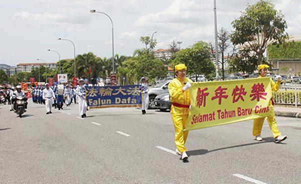 馬來西亞法輪功團體在蕉賴皇冠城舉辦了新年文化遊行,廣獲民眾的歡迎。(謝萍萍/大紀元)