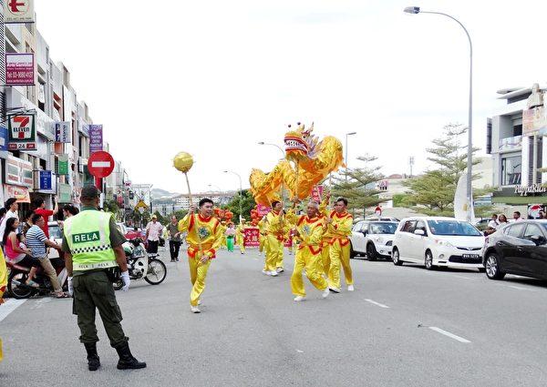 馬來西亞法輪功團體在蕉賴皇冠城舉辦了新年文化遊行,廣獲民眾的歡迎。(大紀元)