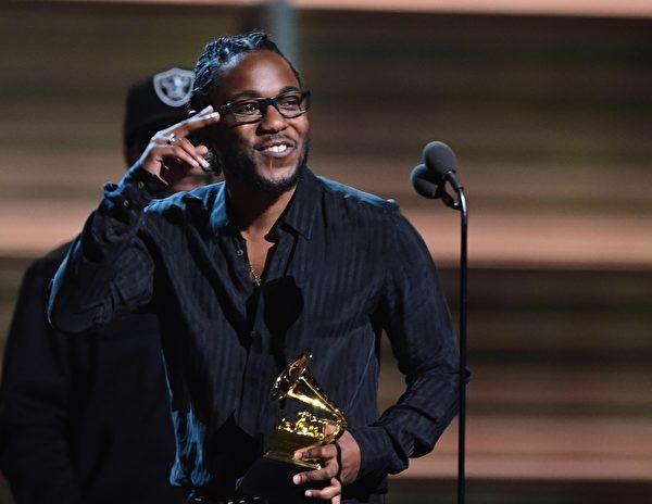 圖為嘻哈歌手肯德里克‧拉馬爾上台領獎。(又譯:肯德瑞克‧拉馬爾)。(Photo credit should read ROBYN BECK/AFP/Getty Images)