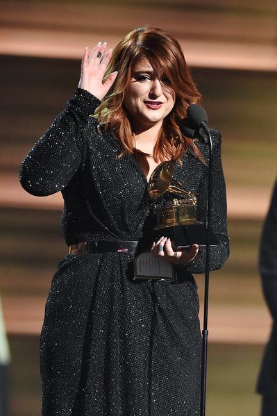 梅根‧特瑞娜(又譯:梅根‧崔娜)拿到格萊美最佳年度新人獎時,感動落淚。(Kevork Djansezian/Getty Images for NARAS)
