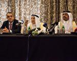2016年2月16日,卡塔爾能源和工業部長薩達(右)、沙特石油和礦產資源部長納伊米(中)和委內瑞拉石油和礦產部長德爾皮諾在卡塔爾首都多哈的新聞發布會上說,他們和俄羅斯同意凍結石油產量,以隱定石油市場。(OLYA MORVAN/AFP/Getty Images)(Photo credit should read Getty Images)