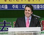 图为美国驻韩大使马克.利伯特在用韩文发表了获奖感言。(全景林/大纪元)