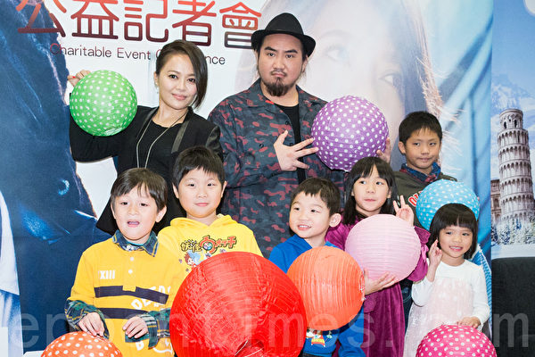 创作歌手Matzka(后右)和戴爱玲(后左)2月17日在台北提前过元宵做公益。(陈柏州/大纪元)