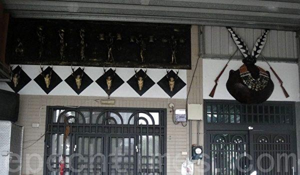 新来义部落居民屋外面有特殊图腾的则象征贵族地位。(杨秋莲/大纪元)
