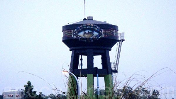 新来义部落永久屋高耸明显的地标绘著祖灵之眼的水塔,意谓著永远眷顾保佑族人的表象。(杨秋莲/大纪元)