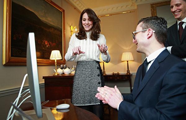 2月17日,英国剑桥公爵夫人、凯特王妃(Duchess Kate of Cambridge)担任《赫芬顿邮报》英国版的一日客座编辑,主题是关注儿童心理健康,临时编辑部设在肯辛顿宫。(Chris Jackson - WPA Pool/Getty Images)