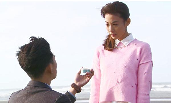 《幸福不二家》主演曾少宗与大久保麻梨子,日前拍摄一场海边求婚戏。(台视提供)