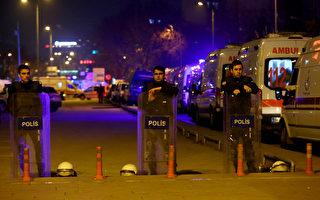 2016年2月17日傍晚,土耳其首都安卡拉市中心,一輛軍用巴士被汽車炸彈攻擊後,警方封鎖爆炸現場。(ADEM ALTAN/AFP/Getty Images)