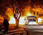 2016年2月17日傍晚,土耳其首都安卡拉市中心一辆军用巴士遭汽车炸弹攻击,造成至少28死61伤。图为军车爆炸起火的情形。(Defne Karadeniz/Getty Images)